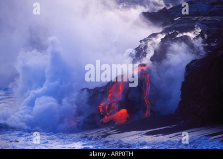 USA, Hawaii (Big Island) Kilauea Vulkan - Lava-Röhren fließt ins Meer in der Abenddämmerung - Stockfoto