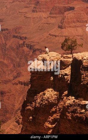 USA, Grand Canyon mit einsamen männlichen Besucher auf Felsvorsprung sitzen - Stockfoto
