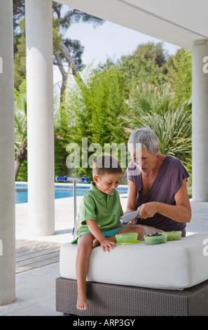 Frau und junge Früchte schälen - Stockfoto