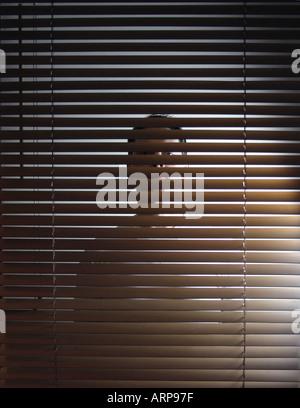 Mann hinter Jalousien spähen - Stockfoto