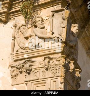Trujillo, Extremadura, Spanien. Kunstvoll geschnitzte Figuren an einer Ecke des 16. Jahrhunderts Palacio De La Conquista. - Stockfoto