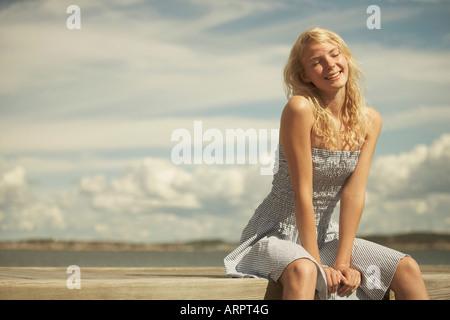 Junge Frau im Sommerkleid - Stockfoto