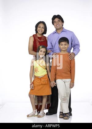 VDA200200 südasiatischen indische Familie mit Vater Mutter Sohn und Tochter - Stockfoto