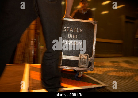Roadies Rockband Status Quo roll Gig Ausrüstung bei Reisen außerhalb der Bühne in Lille Frankreich während des Konzerns - Stockfoto