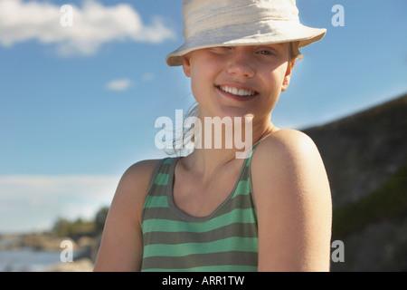 Junge Frau mit Sonnenhut - Stockfoto