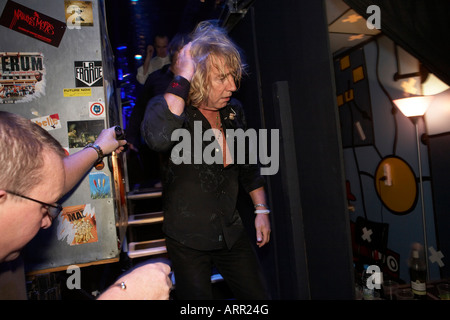 Rick Parfitt von der Rockband Status Quo kommt von der Bühne nach Gig während der Europatour im L'Aeronef in Lille - Stockfoto