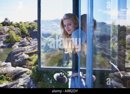 Junge Frau sitzt lange Gras - Stockfoto