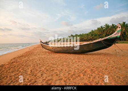 Boot am Strand von kovalam - Stockfoto