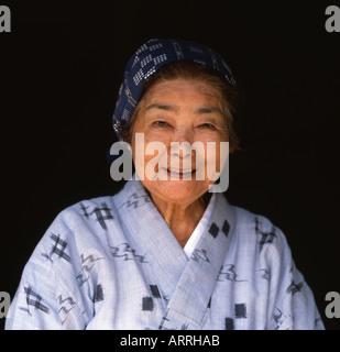 Schöne ältere Okinawan Dame trägt einen traditionellen Yukata kimono - Stockfoto