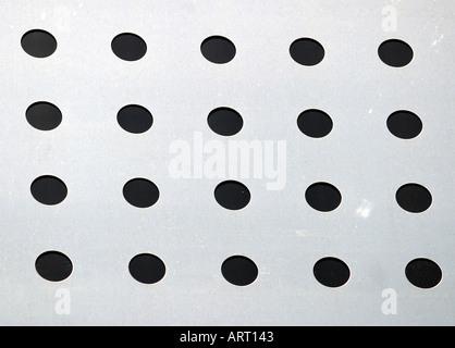 Ein unverwechselbares Muster auf einer Aluminium-Panel auf dem Dach eines Gebäudes - Stockfoto
