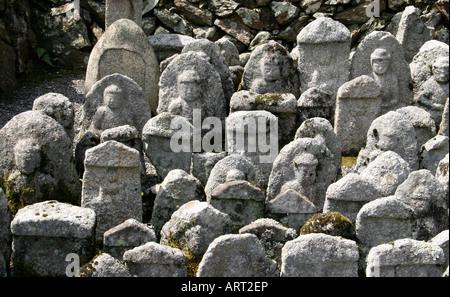 Tausende von Buddha-Statuen im Adashino Nenbutsu-Ji Tempel, Kyoto, Japan - Stockfoto