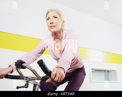 Frau, Sport, Radfahren im Health club - Stockfoto