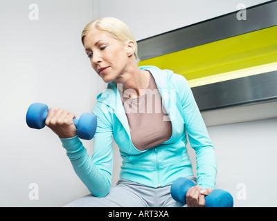 Frau Gewichtheben im Health club - Stockfoto