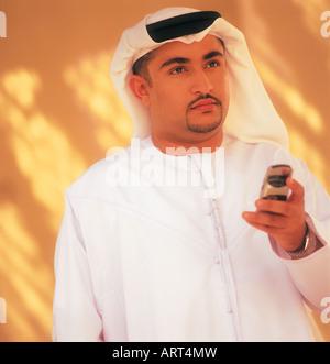 Arabische Mann hält ein Handy - Stockfoto