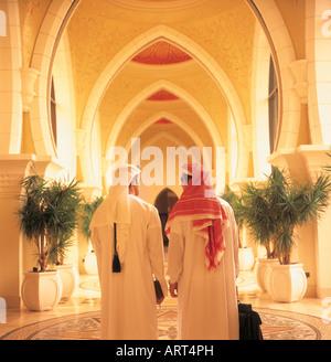 Arabische Geschäftsleute eine Passage hinunter - Stockfoto