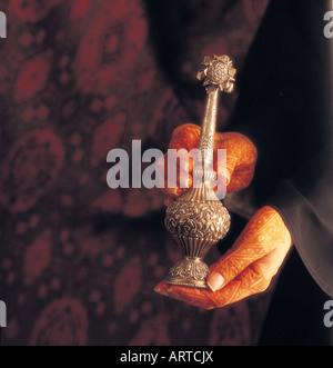 Arabische Frau mit Henna bemalte Hände halten Rosenwasser Sprinkler (hinzugefügt, um Süßigkeiten und als Körperduftstoff - Stockfoto