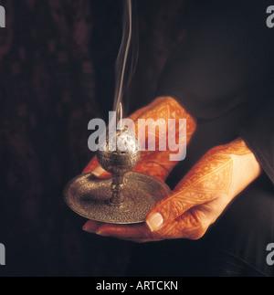Arabische Frau mit Weihrauch-Brenner - Stockfoto