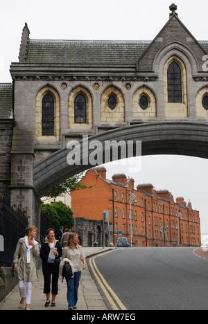 Touristen unter der Überdachung Brücke, Christ Church Cathedral und Synode Haus wo die Bischöfe verwendet in Dublin, - Stockfoto