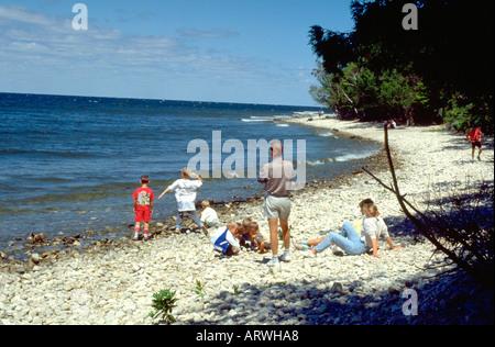 Familie am Ufer des Lake Michigan im Alter von 40 und 4 bis 12. Door County, Wisconsin USA - Stockfoto