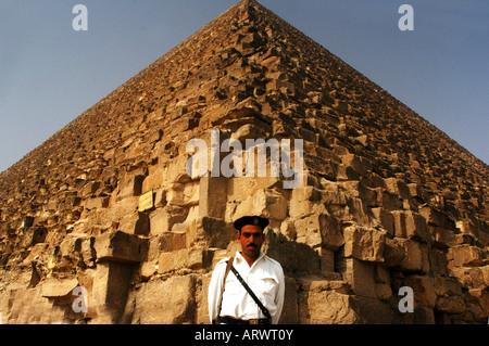 Ägyptische Touristen-Polizei bewacht bei den Pyramiden von Gizeh-Ägypten - Stockfoto