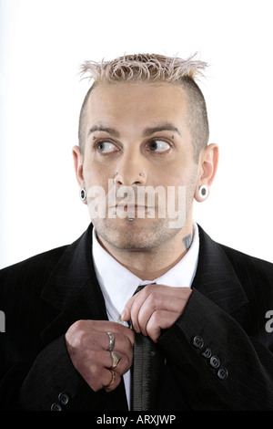 Studioaufnahme von isolierten Bild eines seltsamen kaukasischen Geschäftsmann mit piercing und Tätowierungen - Stockfoto