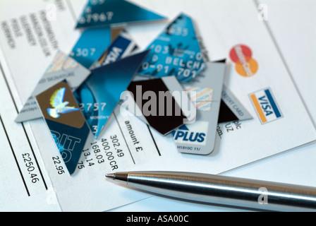 zerschnitten und zerst rten kreditkarte mit schere. Black Bedroom Furniture Sets. Home Design Ideas