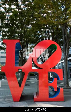 Moderne Kunst-Installation Robert Indiana mit Wort Liebe in Shinjuku-Tokio - Stockfoto