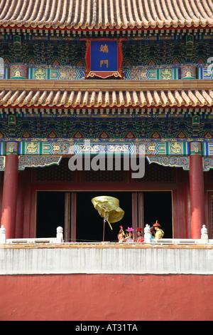 Würdenträger auf dem Balkon des World Heritage Site, Meridian-Tor in der verbotenen Stadt, aus dem Tiananmen-Platz, - Stockfoto