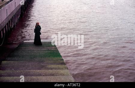 """""""Französisch Leutnants Frau auf ihrem Handy"""" - junge Frau auf Themse Schritte sprechen auf Handy, London - Stockfoto"""