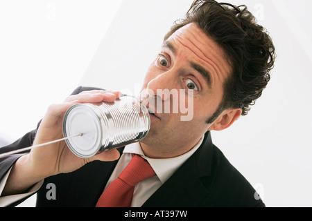 Ein Mann hält eine Dose und string - Stockfoto