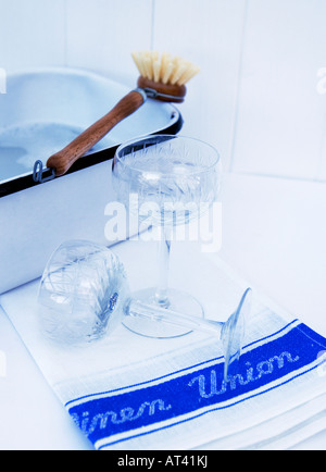 Gläser spülen und trocknen auf einem traditionellen Leinen Küchentuch - Stockfoto