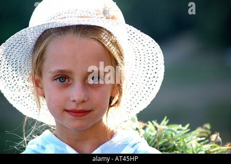 Lizenzfreie kostenlose Foto britischen jungen Mädchens im Sommerurlaub in der Sonne trägt einen Sonnenhut und posieren - Stockfoto