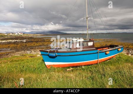 Angeln, Boot und Ferienhäuser auf der Insel von Berneray im Sound von Harris zwischen North Uist und Harris. Äußeren - Stockfoto