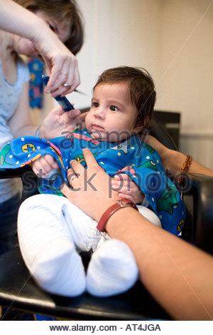 Des Kindes ersten Haarschnitt - Stockfoto