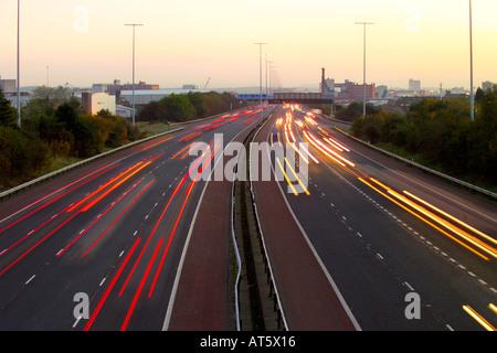 M2 Autobahn nördlich von Belfast in der Abenddämmerung Nordirland - Stockfoto