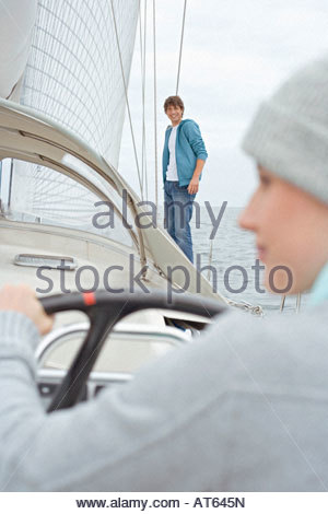 Deutschland, Ostsee, Lübecker Bucht, junge Frau Steering Segelboot - Stockfoto