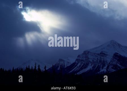 Sonnenstrahlen brechen durch dramatische Wolken über kanadischen Rocky Mountains, Jasper Nationalpark, Alberta, - Stockfoto