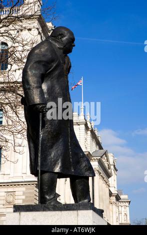 Winston Churchill Parlament Platz Union Jack Flagge im Hintergrund - Stockfoto