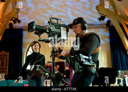S4C Kameramann Betrieb Steadicam Steadycam ausgestrahlt Videokamera im Fernsehstudio mit weiblichen Kabel Basher - Stockfoto
