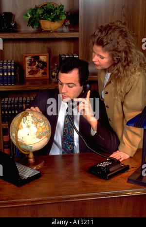 Argentinisches Spanisch Geschäftsmann und Geschäftsfrau Alter 33 und 32 am Telefon im Büro. St Paul Minnesota MN - Stockfoto