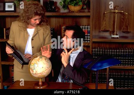 Argentinischen spanischen Geschäftsmann 33 am Telefon im Büro Regie Geschäftsfrau Partner Alter von 32 Jahren. St - Stockfoto