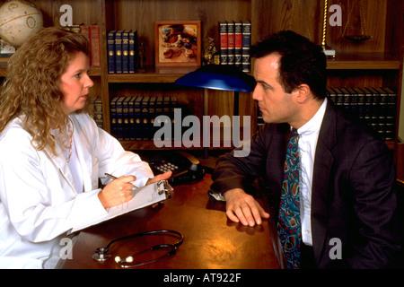 Frau Doktor arbeiten mit argentinischen Hispanic Patienten im Alter von 32 und 33. St Paul Minnesota MN USA - Stockfoto