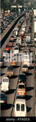 Verkehr auf Los Angeles Freeway gepresst, um einen langen, dünnen vertikalen geben - Stockfoto