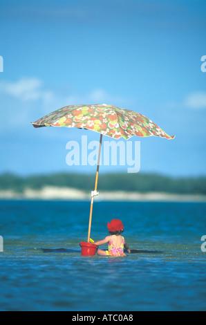 Australien-Queensland-1 yr Old Mädchen spielen mit Eimer auf Sand Bar am Strand - Stockfoto