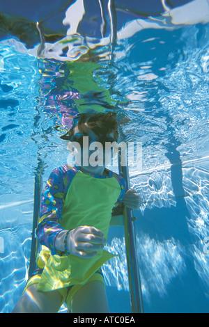 Australien-Queensland-4 yr altes Mädchen im Schwimmbad - Stockfoto