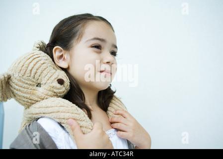 Kleines Mädchen mit Teddybär auf Schultern, Lächeln, wegschauen - Stockfoto