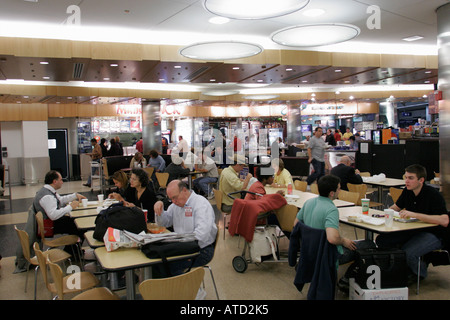 Chicago Illinois O' Hare Airport Fast-Food Court Passagiere zwischen Flüge Tabellen - Stockfoto