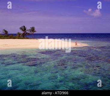 Urlaub Tourist paar Spaziergänge entlang des Strandes in den British Virgin Islands Sandy Spit - Stockfoto