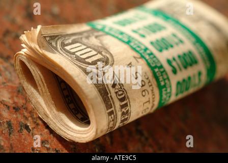 eine Rolle von zehn-hundert-Dollar-Scheine in Höhe von 1.000 US-Dollar - Stockfoto