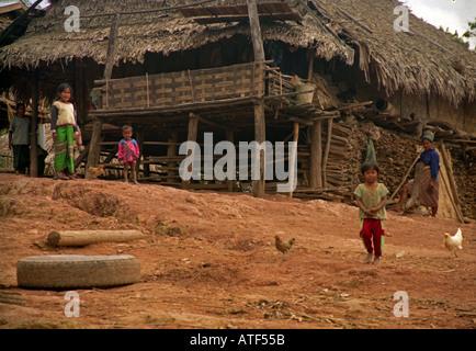 Einheimische Familie Mutter Kinder jungen Mädchen stehen gerade von Bretterbude in ländlichen Gegend Muang Xai Laos - Stockfoto